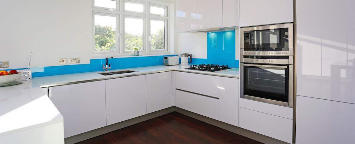 8-Polar-white-kitchen-design.jpg [1131x458px]